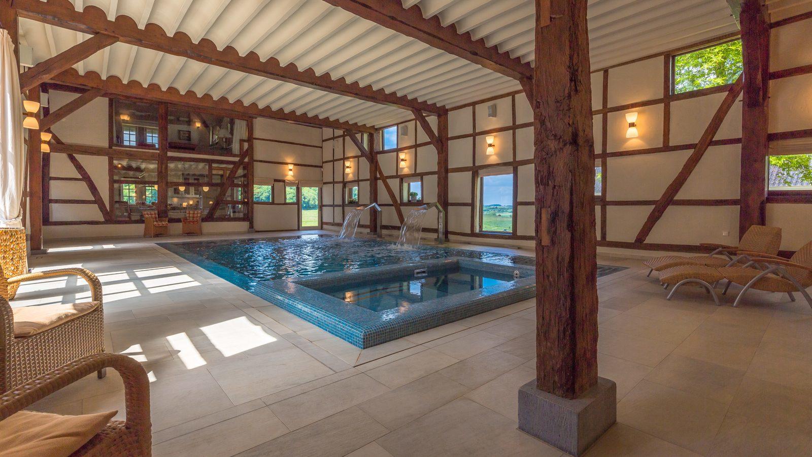 Nederland, Limburg, luxe vakantiehuis met binnenzwembad en jacuzzi, groot vakantiehuis, weekendje weg
