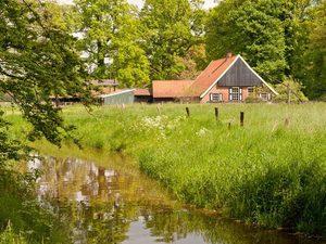 Boerderij Twente met brede sloot