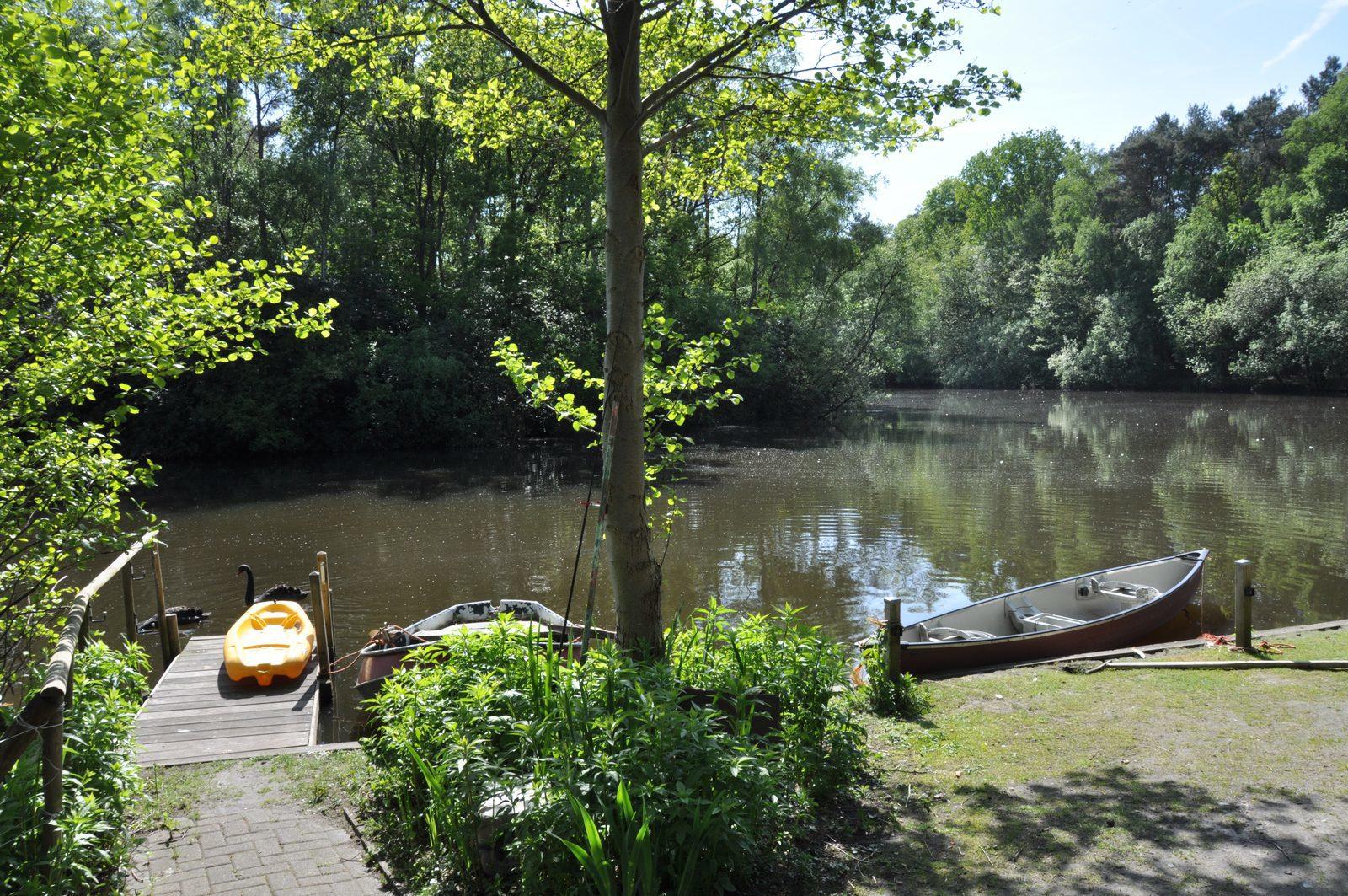 Nederland, Overijssel, Slagharen, vakantie aan het water, vijver, zwemmen, vissen, vakantie, vakantiehuis