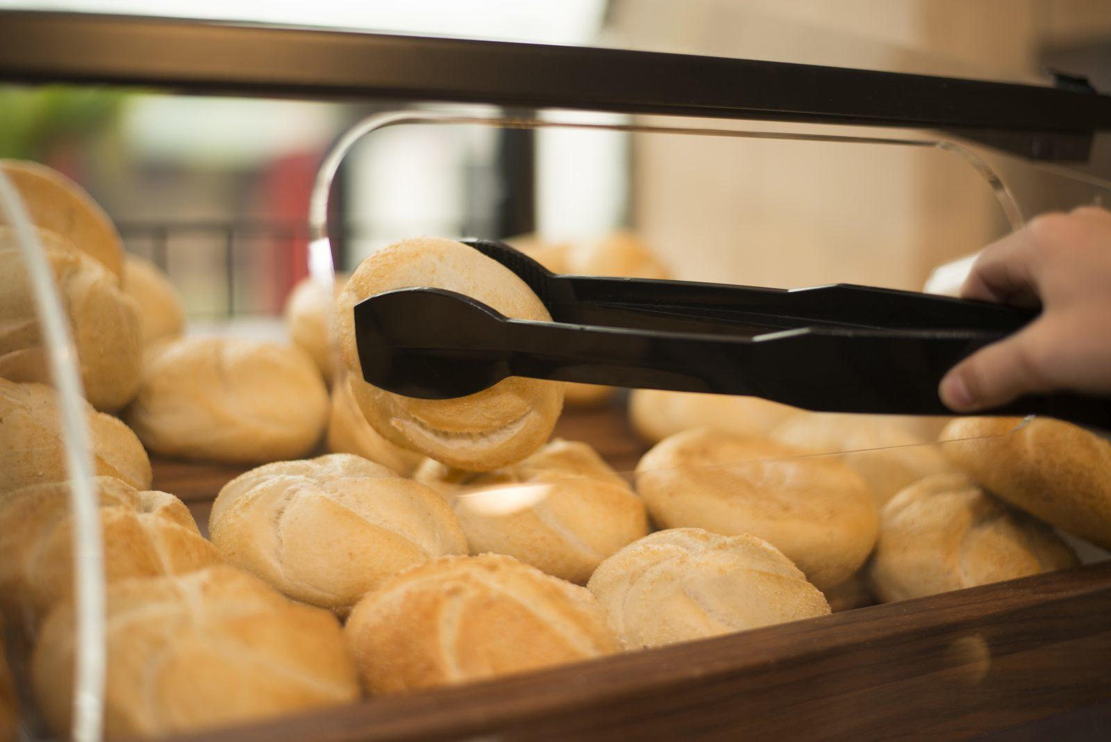 Broodjes halen uit de winkel op de Camping