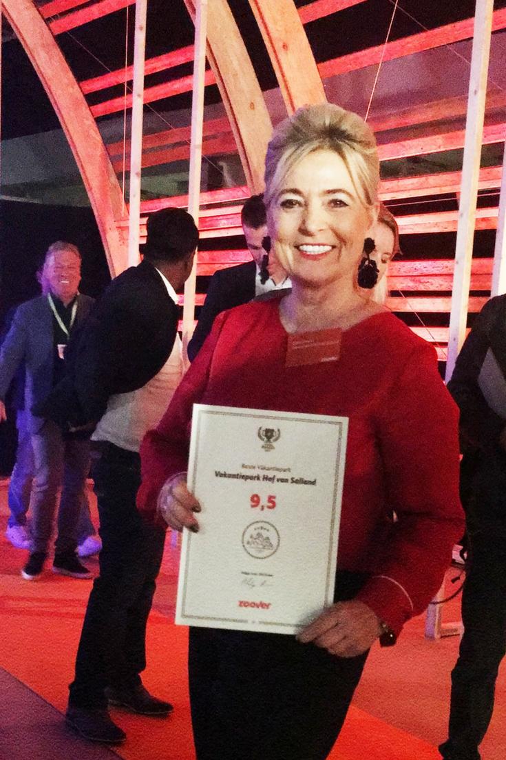 Zoover Award door Riekie Smeets namens Hof van Salland in ontvangst genomen