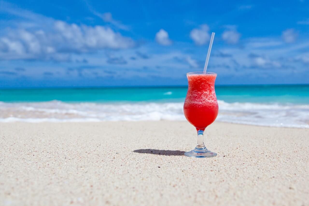 Geniet van een verkoelend drankje op het heerlijke strand.