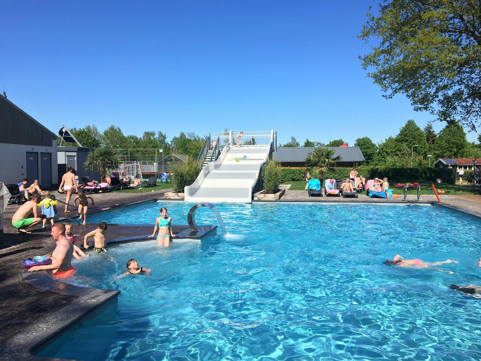 Buitenzwembad met bubbelbad