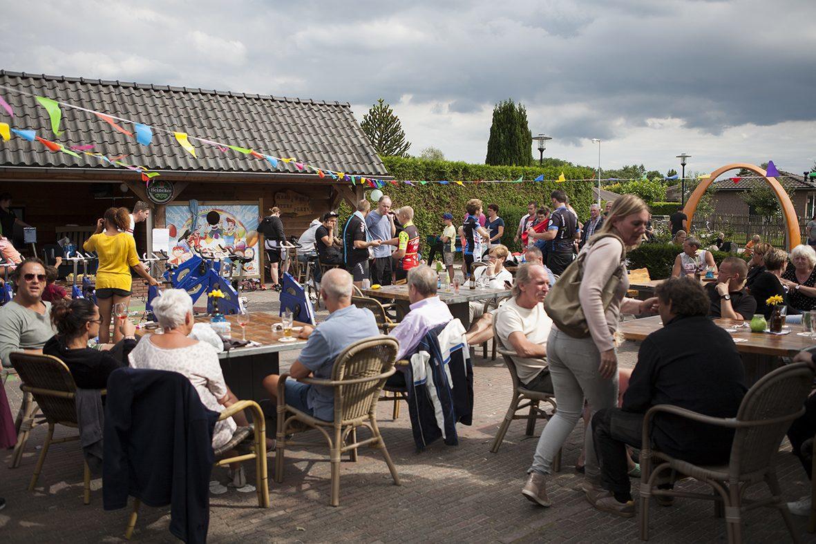 Gezelligheid op Goede Doelen Dag op Recreatiepark De Boshoek voor Stichting Lach voor een Dag