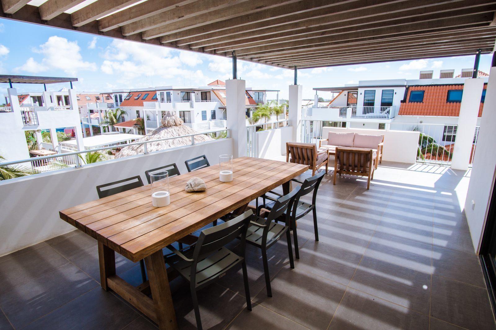 Het bovenste appartement van Resort Bonaire beschikt over een zeer ruim balkon waar u kan uitkijken op het resort.