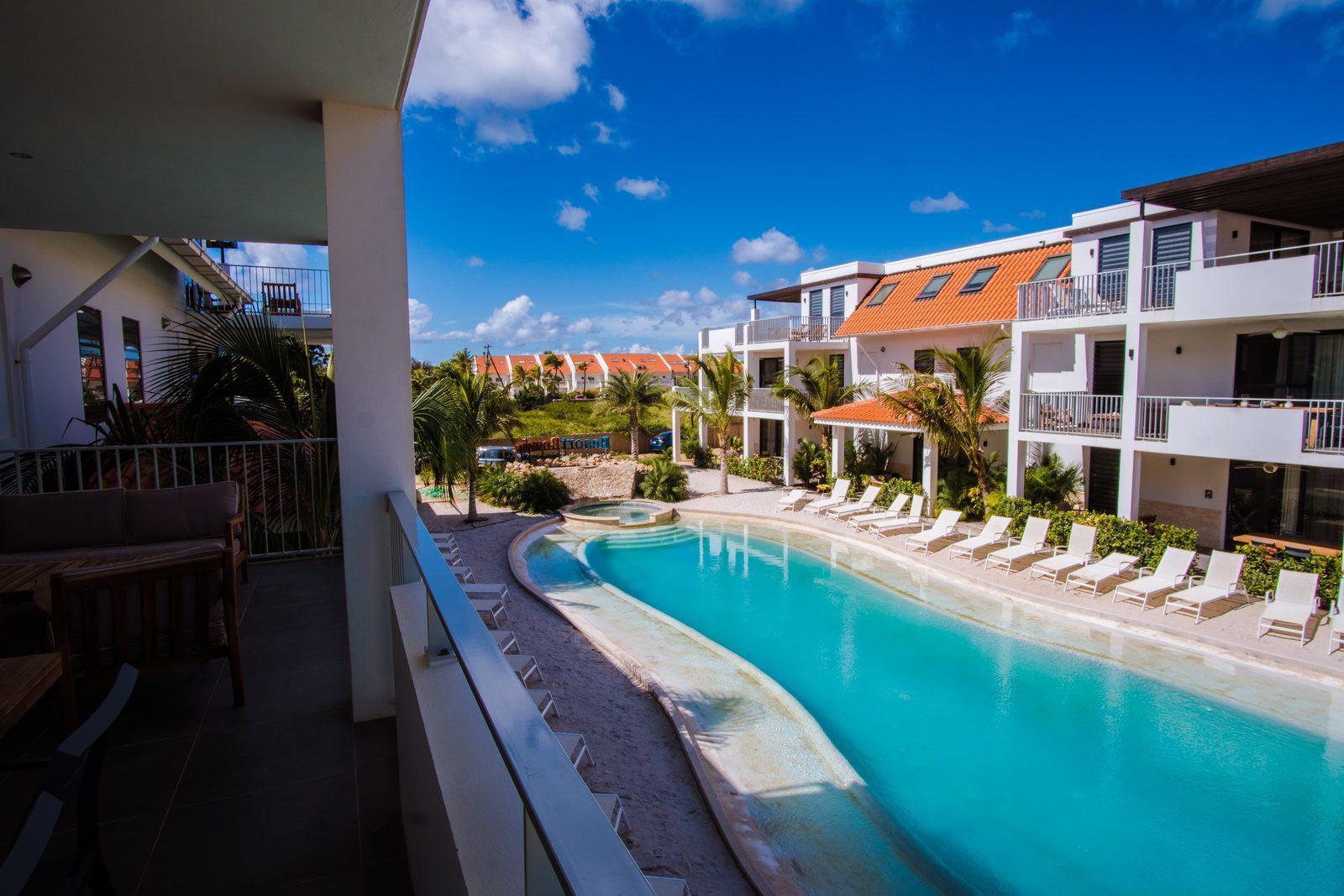 Elk appartement van Resort Bonaire beschikt over een terras waar u kan uitkijken op het zwembad.