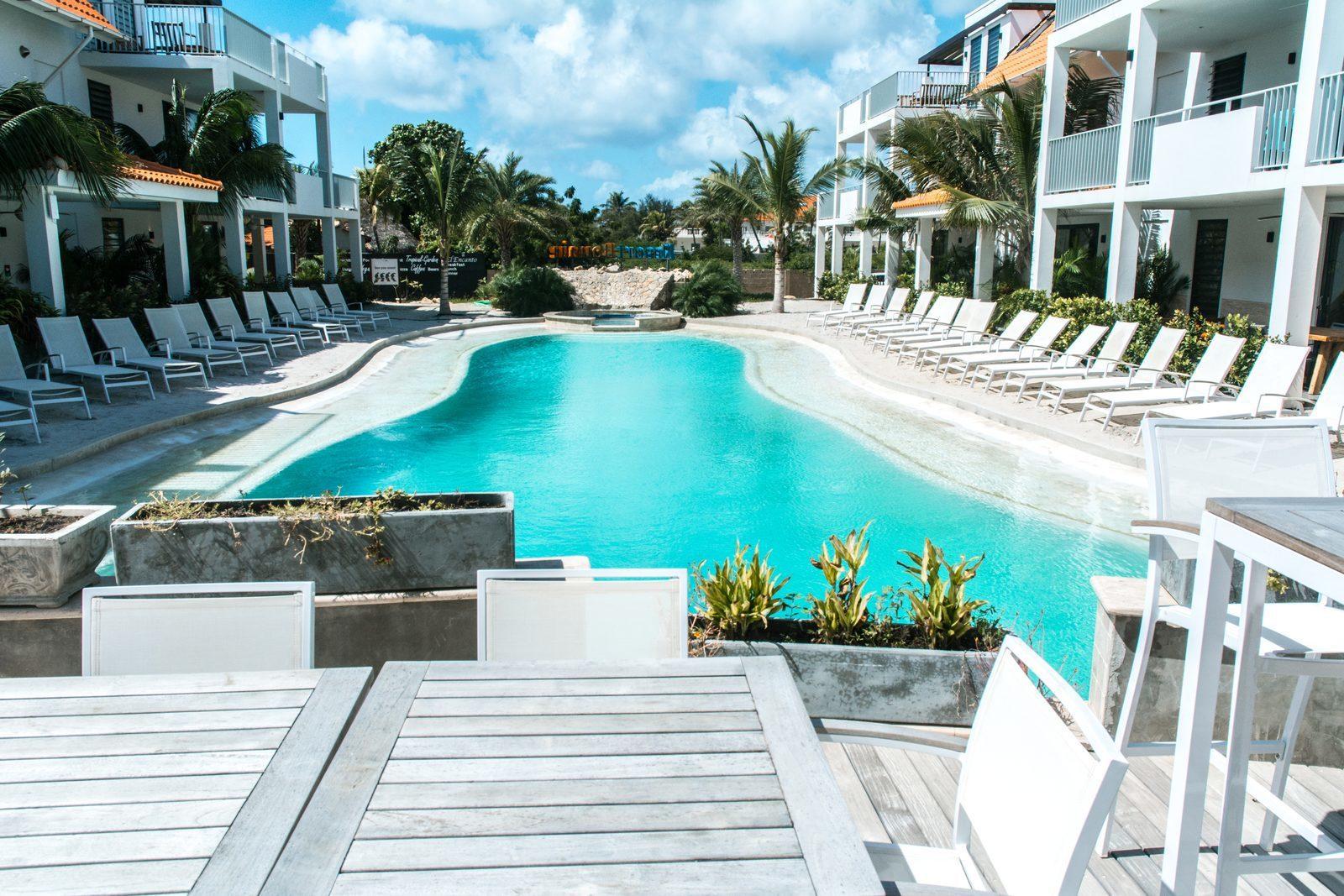 Resort Bonaire beschikt over meerdere terrassen waar u kunt uitkijken op het zwembad.
